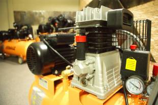 Компрессор с эффективной системой охлаждения двигателя
