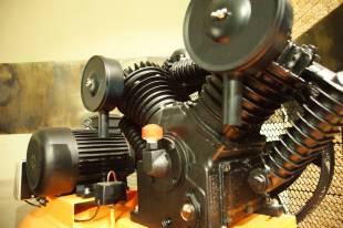 Поршневой компрессор с блоком чугунных цилиндров